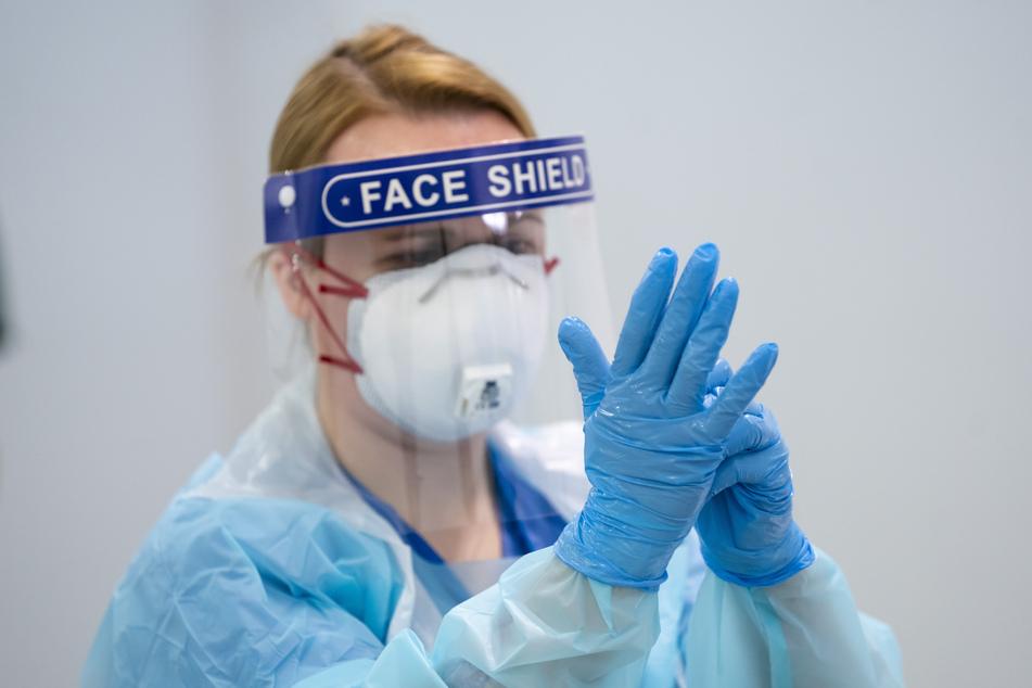 Eine Mitarbeiterin erhält im Nightingale-Krankenhaus Nord-West eine Schulung über das An- und Ablegen von Schutzkleidung, um eine Infektion oder Übertragung des Coronavirus zu vermeiden.