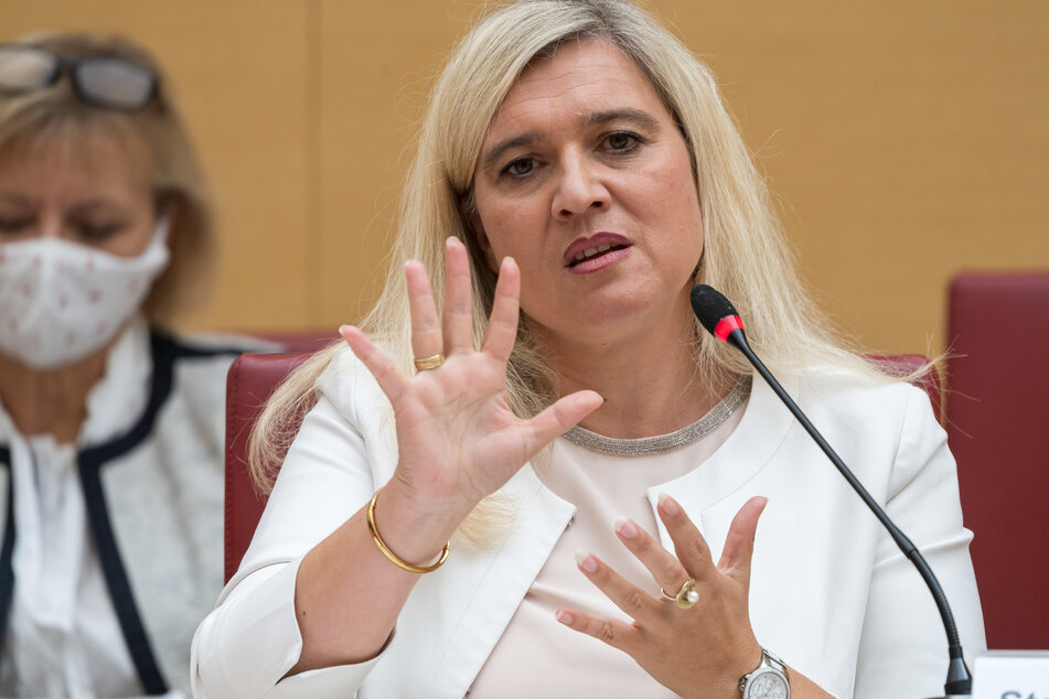 Melanie Huml (CSU, r), Staatsministerin für Gesundheit und Pflege, nimmt an einer Sondersitzung des Gesundheitsausschusses teil.