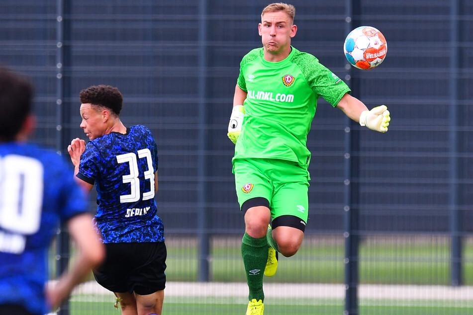 Dynamo-Keeper Kevin Broll (25, r.) musste gegen die heranstürmenden Hertha-Bubis einige Male in höchster Not klären.
