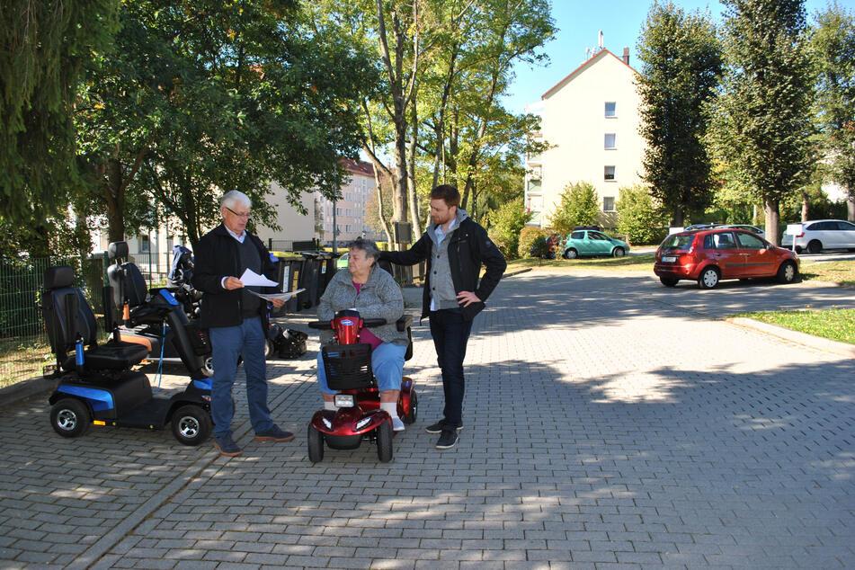 Projektmitarbeiter Erik Höhne (32) testete das neue E-Mobil für Senioren bereits mit einer Freiwilligen und einem Projektpartner aus München.
