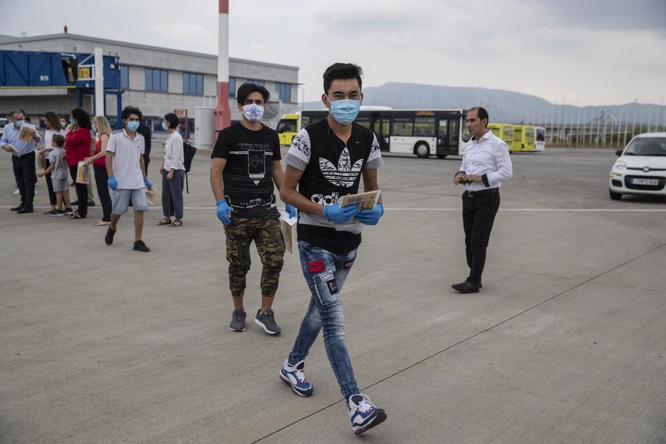 Flüchtlingskinder mit Mundschutz am Internationalen Flughafen Athen. (Archivbild)