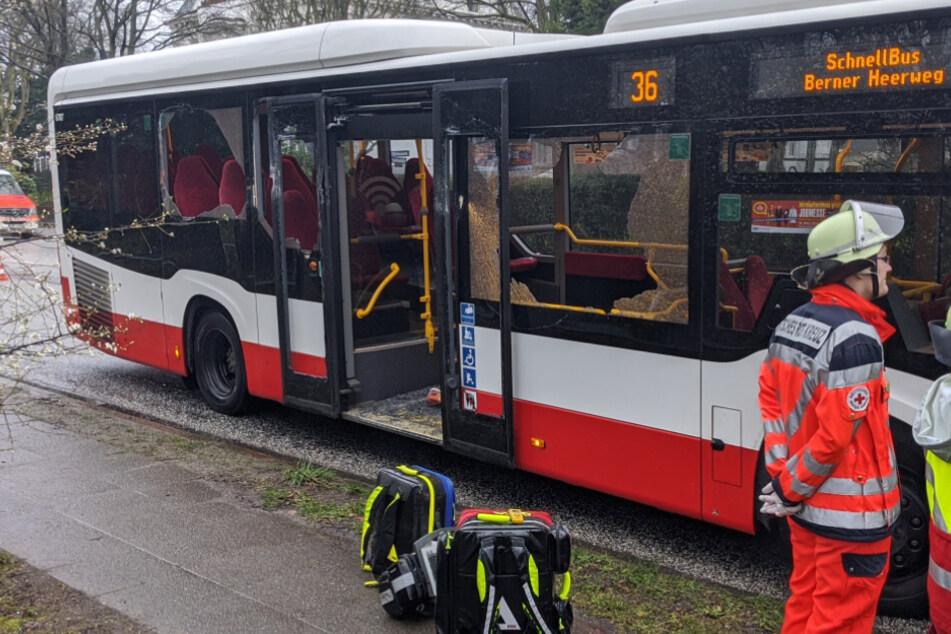 Die Scheiben des Busses gingen bei dem Unfall zu Bruch.
