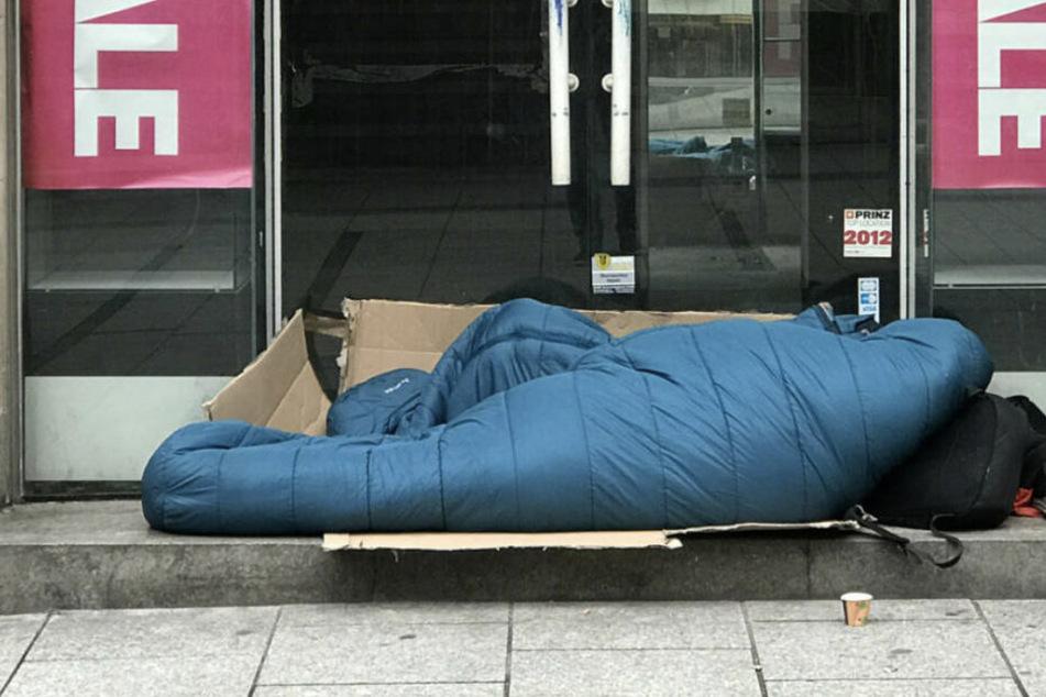 Viele Obdachlose halten sich trotz der eisigen Kälte draußen auf. (Symbolbild)