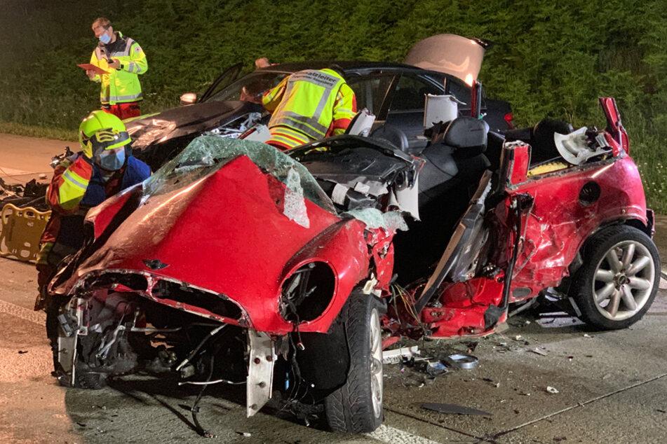 Motorblock aus Mini gerissen: Fahrer schwer verletzt