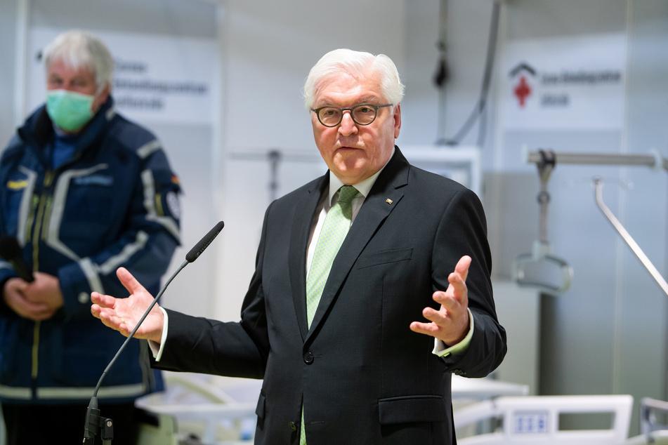 Bundespräsident Frank-Walter Steinmeier äußert sich am Ende seines Besuchs des temporären Corona-Behandlungszentrums auf dem Berliner Messegelände zu Medienvertretern.