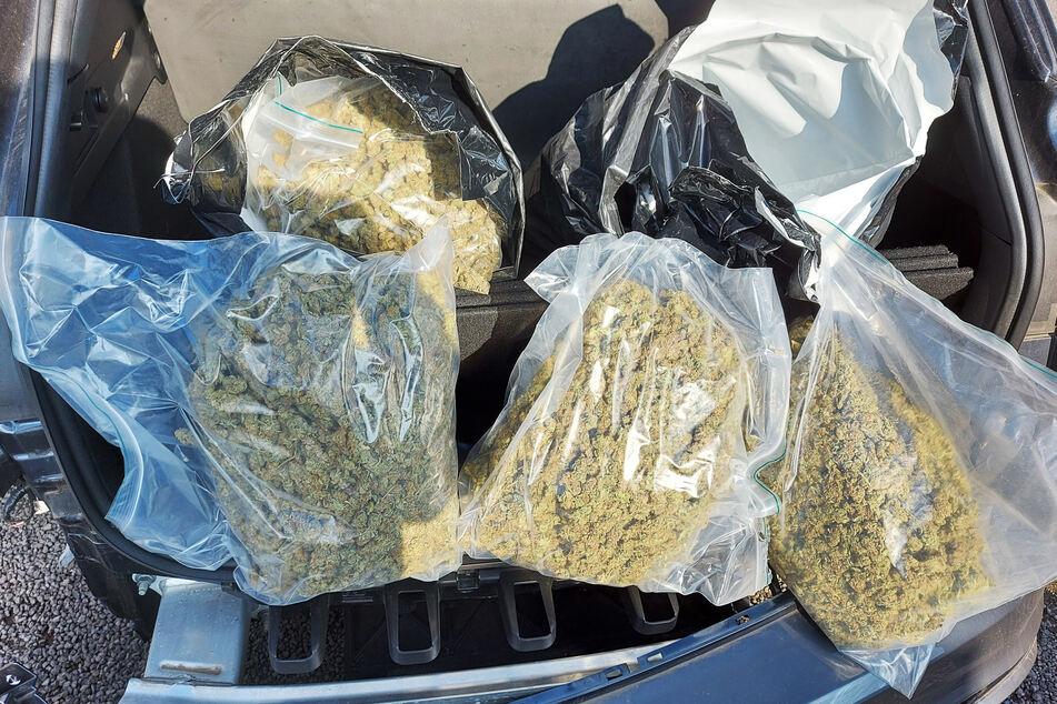 Zöllner haben im Kofferraum des 26-jährigen Autofahrers mehr als fünf Kilogramm Marihuana gefunden und sichergestellt.