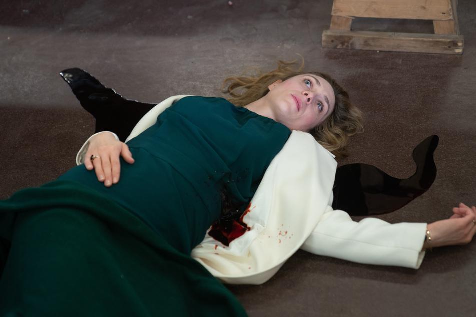 Spitzenköchin Blanche Trouin (Franziska Junge) liegt in ihrem eigenen Blut. Wer macht so was?