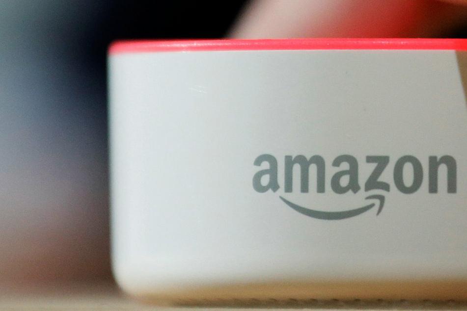 """Das Logo des weltweit größten Versandhandels auf dem Lautsprechergerät """"Echo""""."""