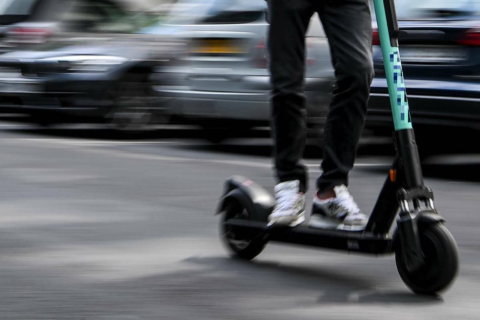 Berlin: Radlerin bei Crash mit E-Scooter schwer verletzt, Rollerfahrer flüchtet