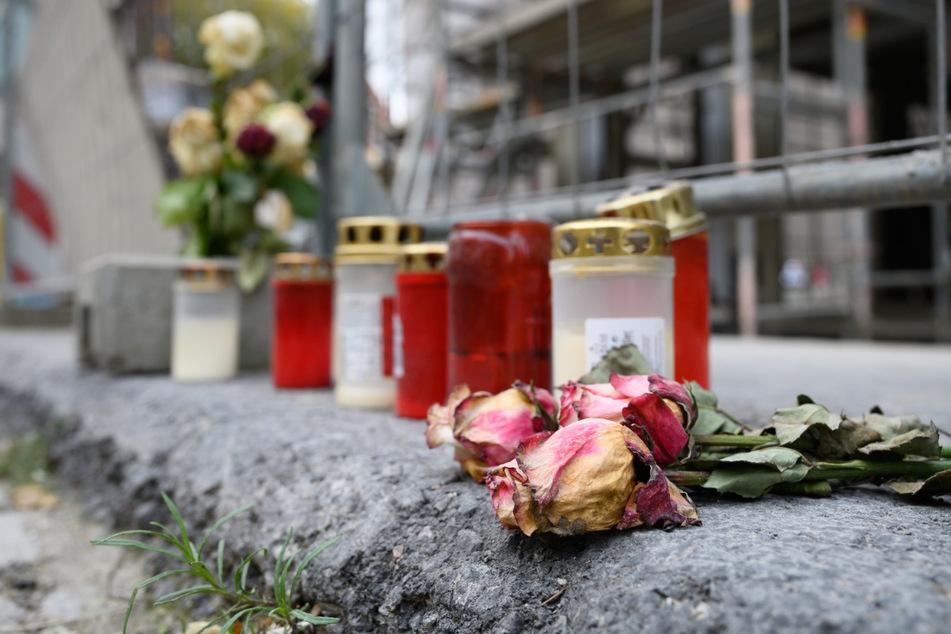 Blumen und Kerzen unweit des Residenzschlosses vor einem Bauzaun an der Schloßstraße in Dresden.
