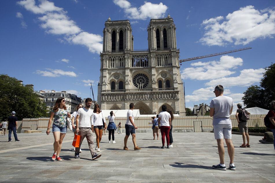 Gut ein Jahr nach dem verheerenden Brand von Notre-Dame ist der Platz vor der Pariser Kathedrale wieder für Besucher und Gläubige zugänglich.