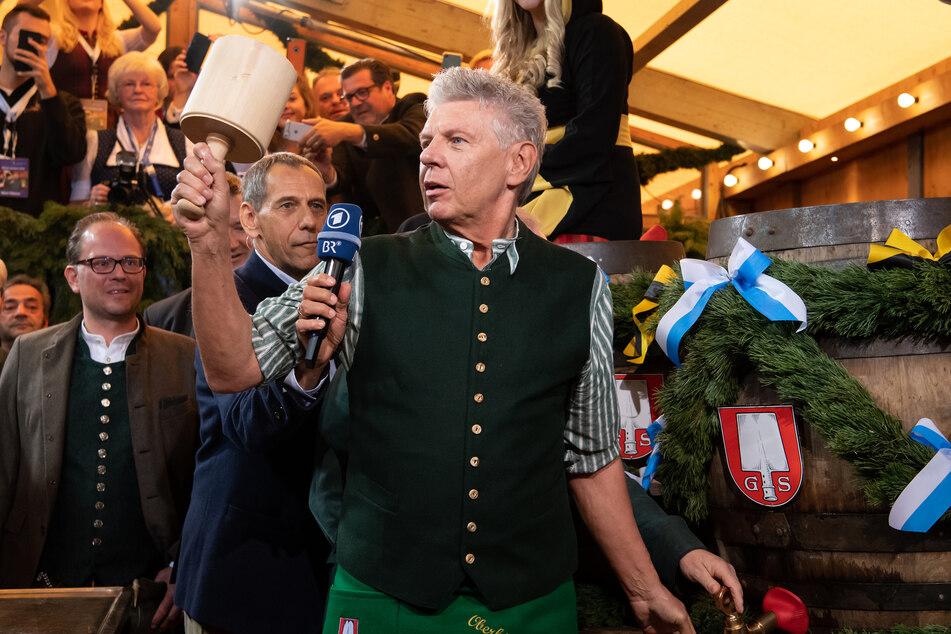 Münchens Oberbürgermeister Dieter Reiter (SPD) schwingt den Hammer beim traditionellen Fassanstich auf dem Oktoberfest 2019.