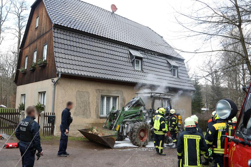 Einsatzkräfte der Feuerwehr löschten den Brand und konnten das Übergreifen der Flammen auf das nahe gelegene Wohnhaus verhindern.