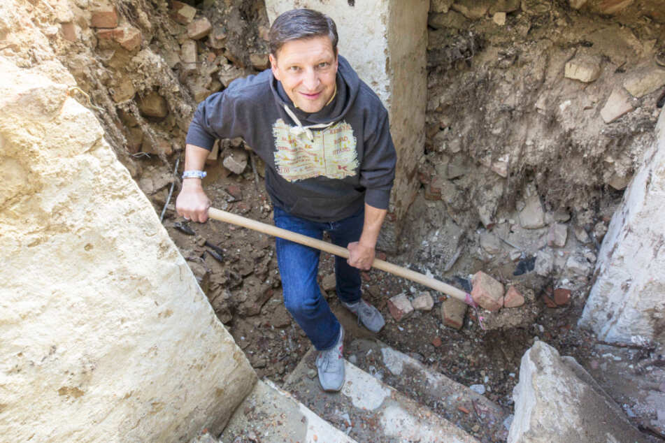 Stadtrat Jens Genschmar findet Schätze unter dem Lugturm
