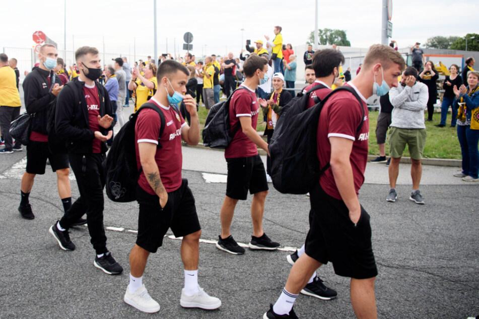 Die sichtlich geschafften Spieler wurden von den Dynamo-Fans wieder aufgebaut.