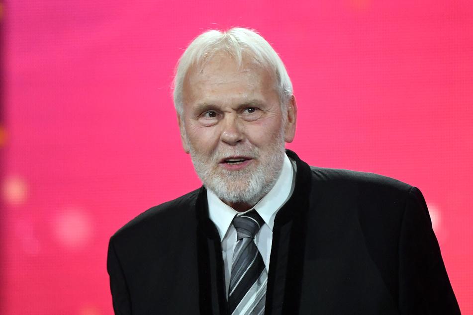 """Der deutsche Sänger und Moderator Gunther Emmerlich (76) steht während der Fernsehgala """"Goldene Henne"""" in Leipzig auf der Bühne."""