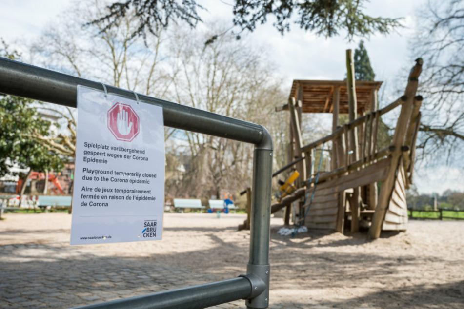Auch im Saarland ist das öffentliche Leben mittlerweile eingeschränkt, wie hier auf einem Saarbrücker Spielplatz.