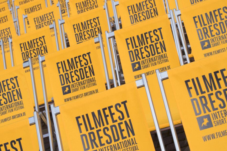 """Klappstühle mit der Aufschrift """"Filmfest Dresden"""" stehen auf dem Neumarkt."""