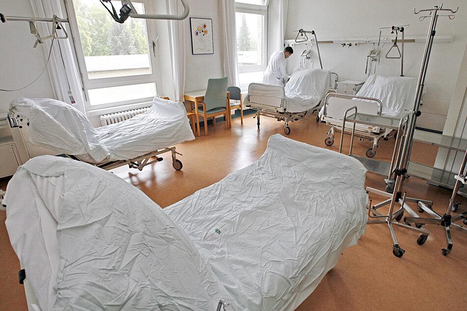 Leere Betten stehen in einem Zimmer in einer Klinik.