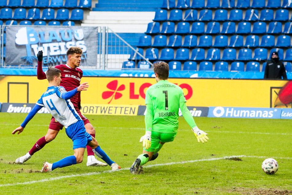 Derby-Erlösung: SGD-Neuzugang Heinz Mörschel (l.) blieb in dieser Szene am Ball und spitzelte das Leder an FCM-Keeper Morten Behrens (r.) vorbei zum 1:0 für Dynamo über die Linie.