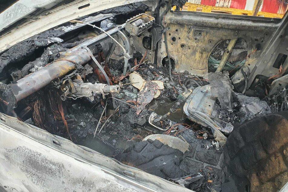 Das Auto wurde durch den Brand komplett zerstört.