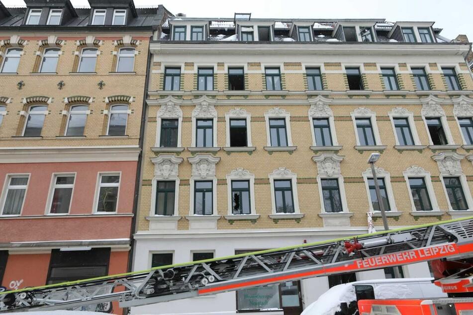 Nach dem Brand in einem Mehrfamilienhaus an der Neustädter Straße hat die Brandursachenermittlung am Mittwoch ihre Arbeit aufgenommen.