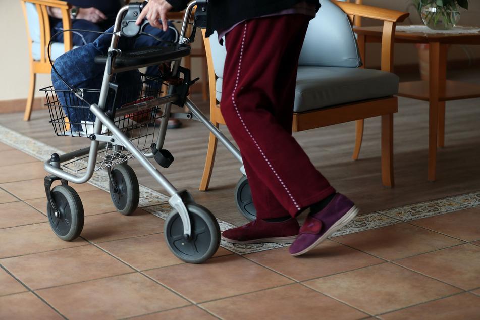 In einer Tagespflege in Crivitz infizierten sich Betreute und Pfleger mit dem Virus. (Symbolbild)