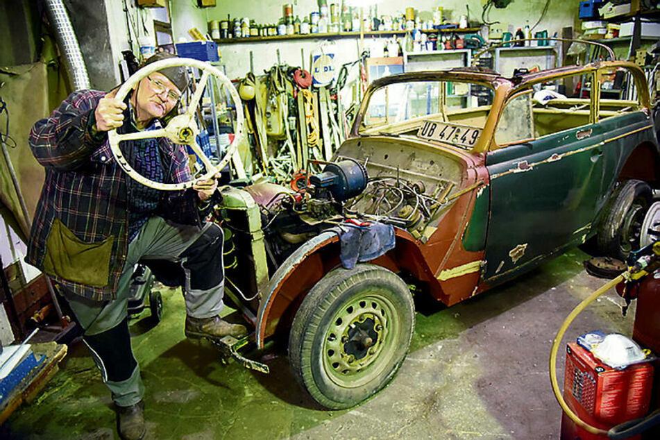 Helge Schubert (75) und seine große Liebe - in zwei bis drei Jahren will er den Opel Olympia fertig restauriert haben.