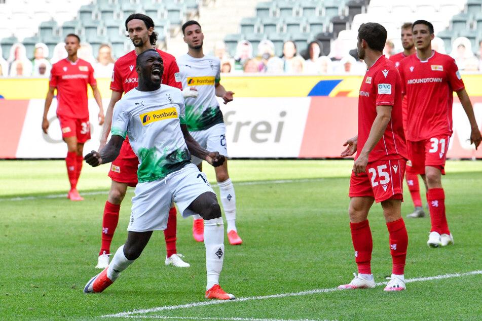 Marcus Thuram (vorne-links) bejubelt sein Tor zum 2:0 für Borussia Mönchengladbach, während die Unioner miteinander hadern.