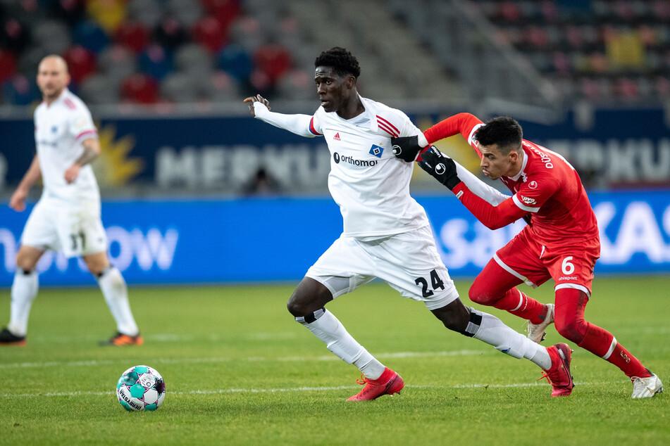 HSV-Youngster Amadou Onana (19, l.) steht unmittelbar vor einem Wechsel nach Frankreich und trainierte schon nicht mehr mit den Rothosen. (Archivfoto)