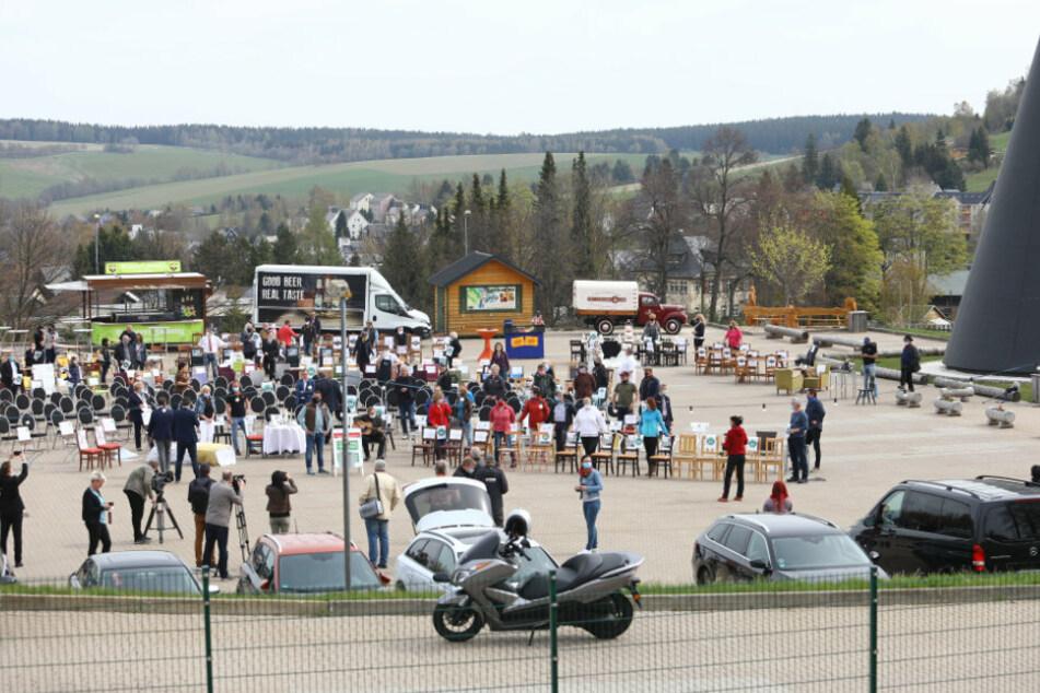 Auch im Erzgebirge protestieren die Gastwirte mit leeren Stühlen.