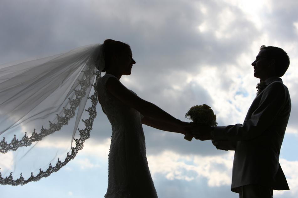 Dunkle Wolken über vielen Brautpaaren: Mancher verschiebt seine Trauung wegen der Corona-Pandemie.