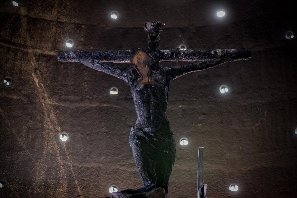 Blick auf das beschädigte Kruzifix in der Kapelle der Kathedrale, nachdem ein Mann eine Brandflasche dagegen geworfen hat und das über 300 Jahre alte Kruzifix zerstörte.