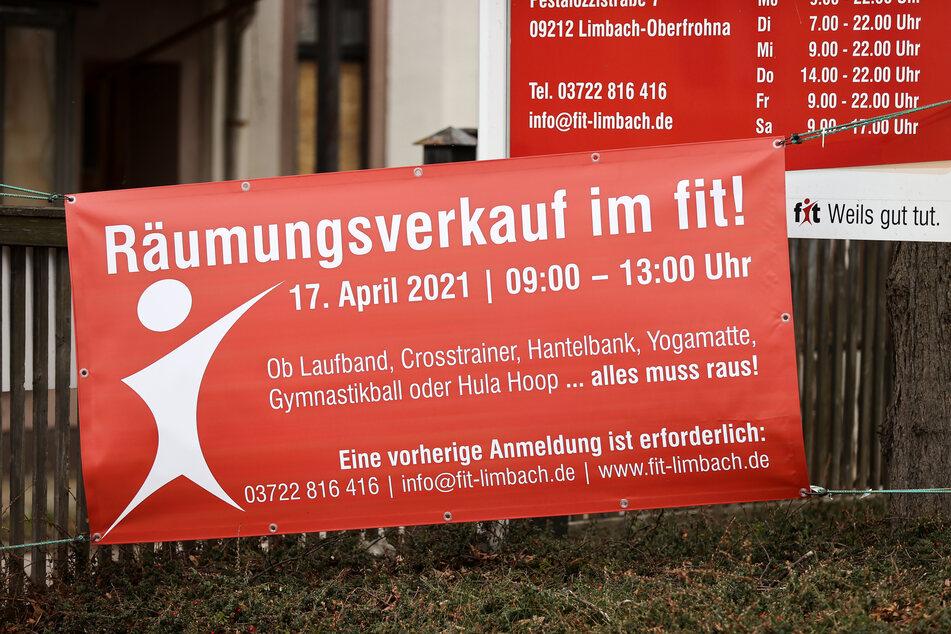 Alles muss raus: Das Fitnessstudio in der Pestalozzistraße in Limbach-Oberfrohna startet den Räumungsverkauf. Der Lockdown zwang die Betreiberin in die Knie.
