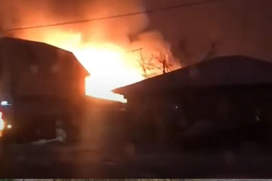 Diese Aufnahme kursiert derzeit auf Twitter und soll das brennende Gebäude zeigen.