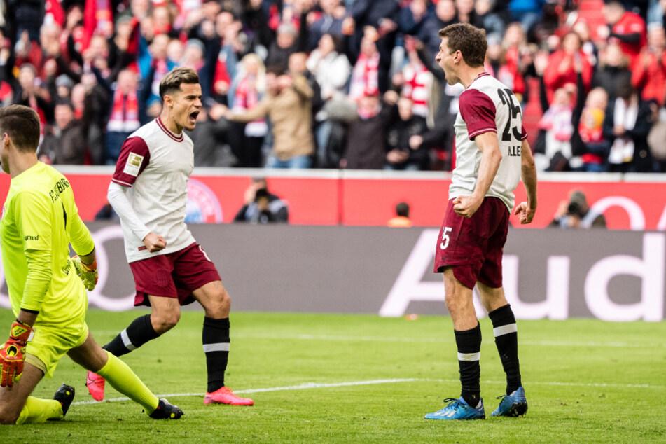 Torschütze Thomas Müller (r.) jubelt mit seinem Teamkollegen Philippe Coutinho über seinen Treffer zum 1:0.
