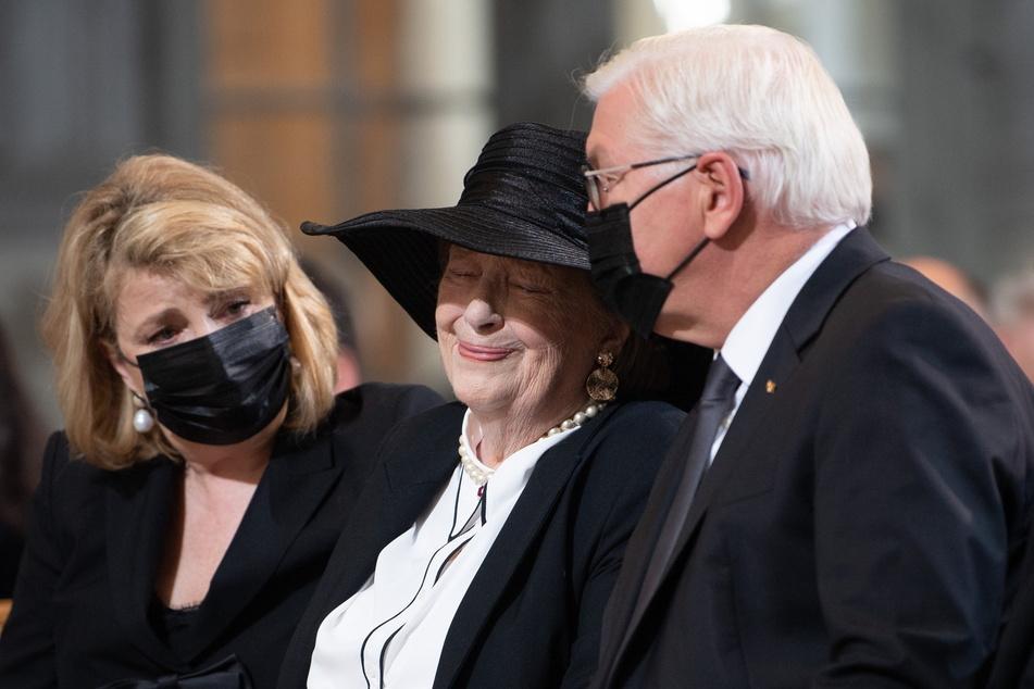 Die sichtlich ergriffene Witwe Ingrid Biedenkopf (90) wurde fürsorglich gestützt von Bundespräsident Steinmeier (r.).