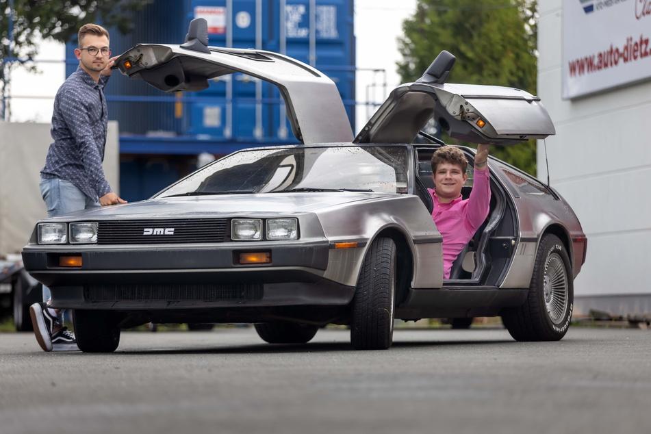 Die Gründer Lukas Basan (21, l.) und Max Michael (20) wollen in diesen DeLorean einen alternativen Antrieb einbauen.