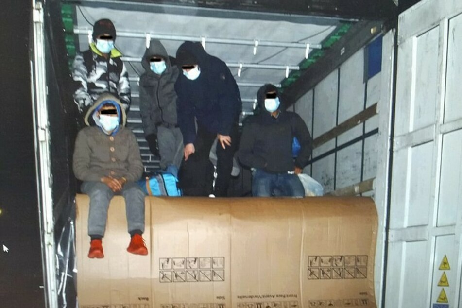 Zwischen Kühlschränken versteckt: Fünf Menschen in Lastwagen entdeckt