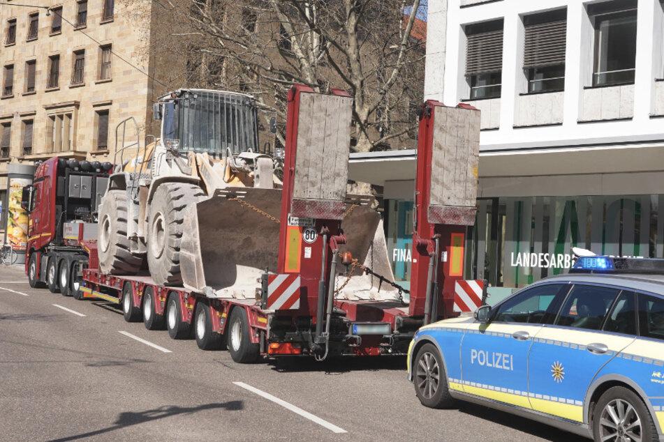 Lastwagen bleibt an Decke des Planietunnels hängen