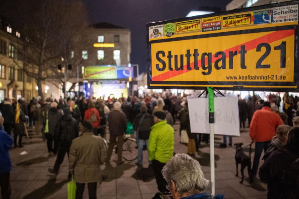 """Teilnehmer der Montagsdemonstration gegen """"Stuttgart 21"""" auf dem Schlossplatz."""