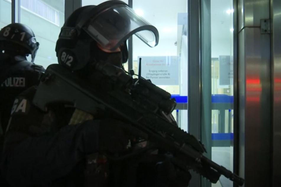 Schwerbewaffnete Einsatzkräfte sind nach den Schüssen in der Wiener Innenstadt im Einsatz.