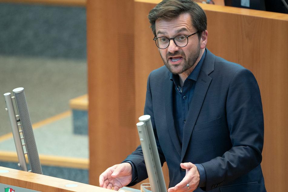 Fraktionsvorsitzende Thomas Kutschaty (53, SPD) bemängelt die neuen Regeln. In NRW sollen künftig in der Regel nur noch infizierte Schüler in Quarantäne geschickt werden.