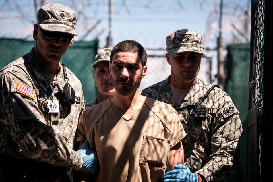 Mohamedou Ould Slahi (Tahar Rahim) wird in Guantanamo brutal gefoltert. Die Verhörspezialisten schrecken nicht mal davor zurück, ihm mit der Inhaftierung seiner Mutter zu drohen.