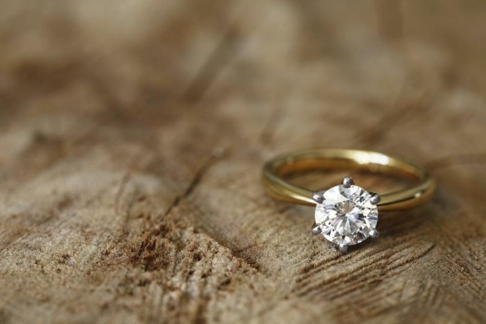 Weil es sich bei dem Stein um keinen echten Diamanten handelte, wollte die Frau ihn umtauschen. (Symbolbild)