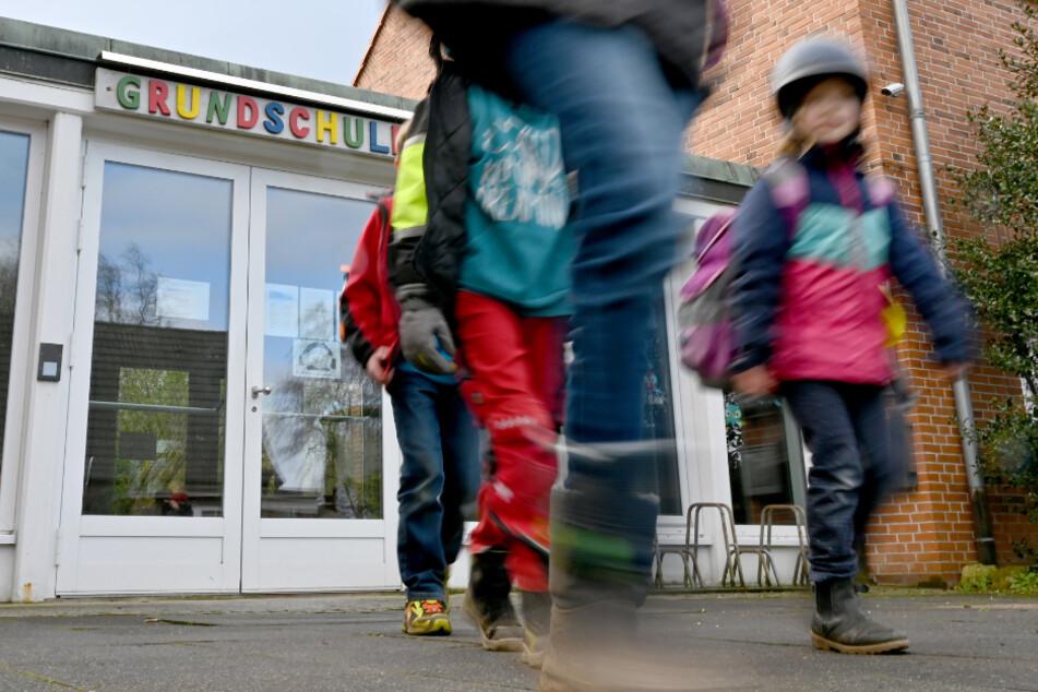 Kinder verlassen eine Grundschule. Bis zum 19. April werden die nicht wiederkommen.