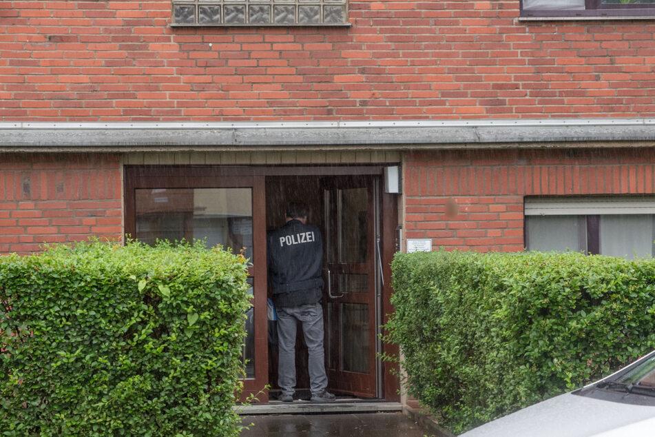 Die Polizei durchsucht die Wohnung eines Verdächtigen in Köln-Bilderstöckchen.