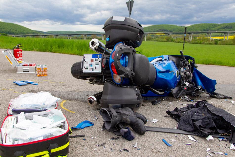 Trümmerteile und Stiefel liegen neben dem verunfallten Motorrad.