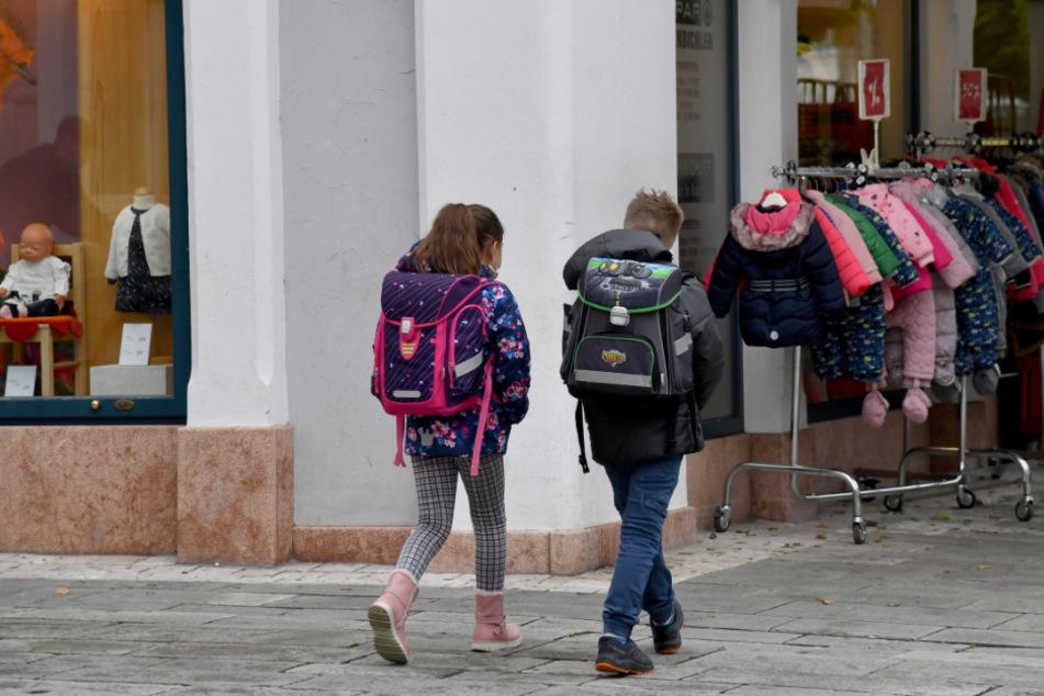 Kinder gehen nach der Schule in der Gemeinde Kuchl. Angesichts der sich ausweitenden Pandemie hat Österreich erstmals seine Corona-Ampel für vier Bezirke in drei westlichen Bundesländern auf Rot gestellt.