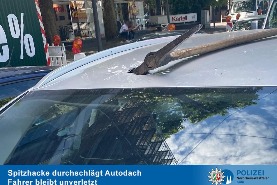 Die Spitzhacke durchschlug das Dach auf der Beifahrerseite.